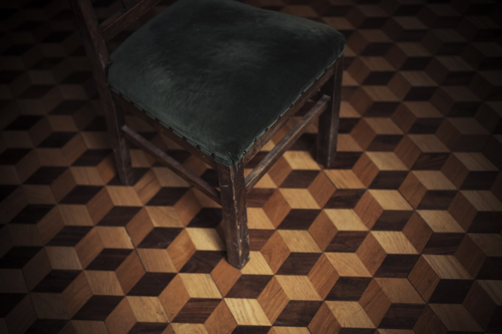 chair_and_cubic_floor