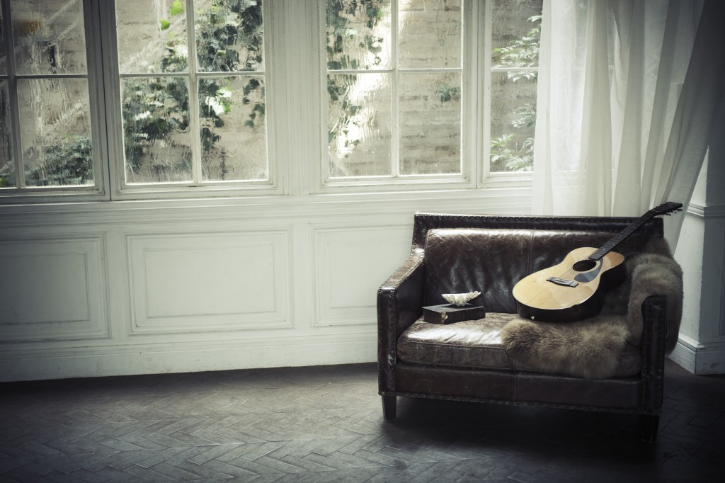 sofa_and_guitar_in